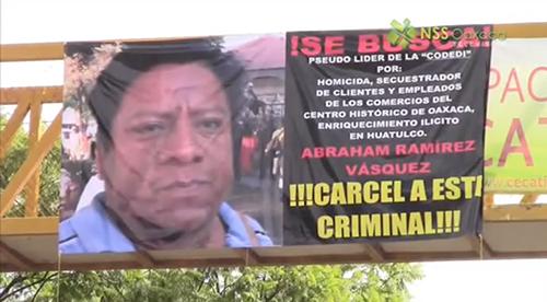 striscione posto sui cavalcavia della città di Oaxaca contro il leader del Codedi